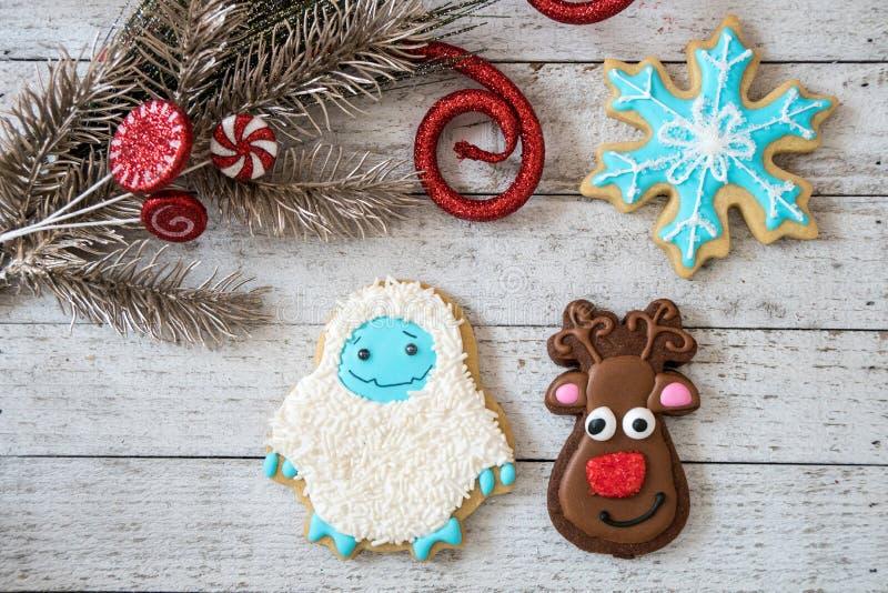 在形状的自创装饰的圣诞节糖屑曲奇饼雪花、驯鹿和雪人 库存照片