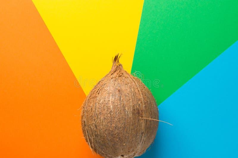 在彩虹多彩多姿的轮转焰火的整个椰子镶边了镶有钻石的旭日形首饰的背景 健康食品热带海滩假期 免版税库存照片