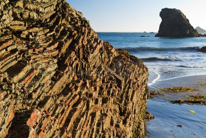 在彩虹岩石,俄勒冈的黑矽石层数 免版税库存图片