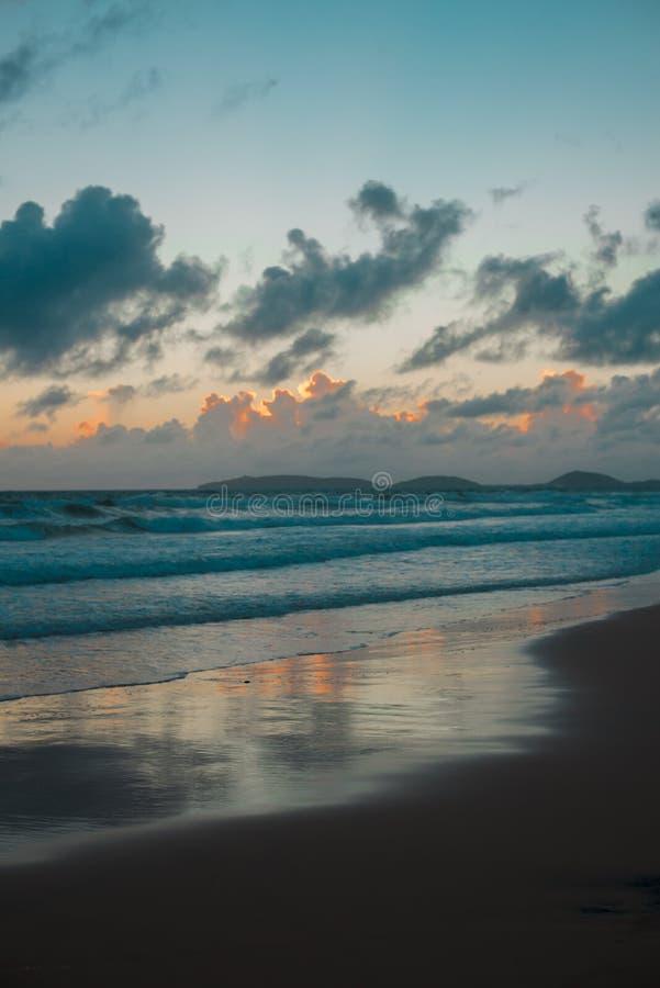 在彩虹海滩附近的澳大利亚海滩在昆士兰,澳大利亚 澳大利亚是大陆位于在地球的南部  免版税库存图片