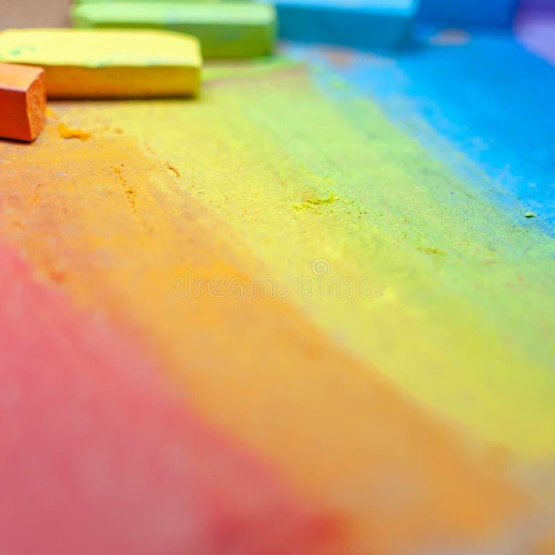 在彩虹颜色或软的淡色白垩的五颜六色的白垩 手拉的彩虹梯度,概略的纹理 童年的标志 图库摄影