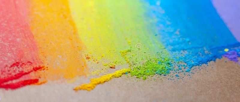 在彩虹颜色的五颜六色的白垩 软的淡色白垩 手拉的彩虹梯度,概略的纹理 童年的标志 免版税库存图片