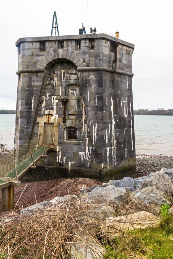 在彭布罗克角船坞,画象的西部martello塔 库存照片