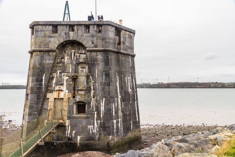 在彭布罗克角船坞,风景的西部martello塔 库存照片
