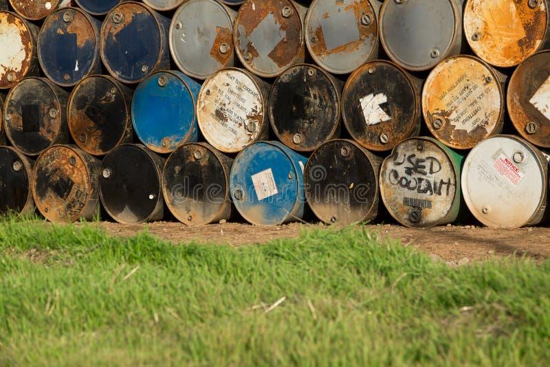 在彼此堆积的55加仑鼓在存贮设施 库存图片