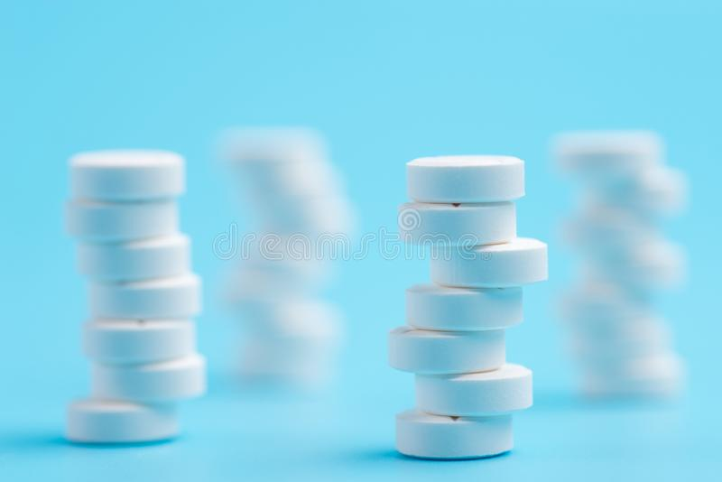 在彼此或片剂堆积的白色药片用不同的位置 免版税库存图片