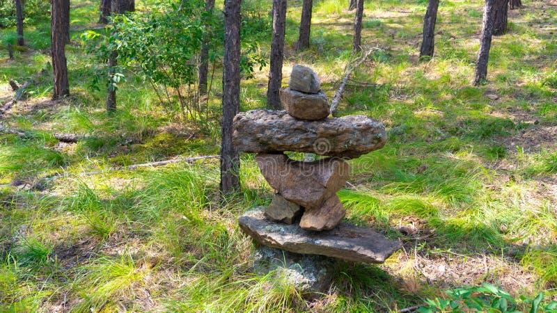 在彼此顶部的石头在贝加尔湖 免版税库存图片