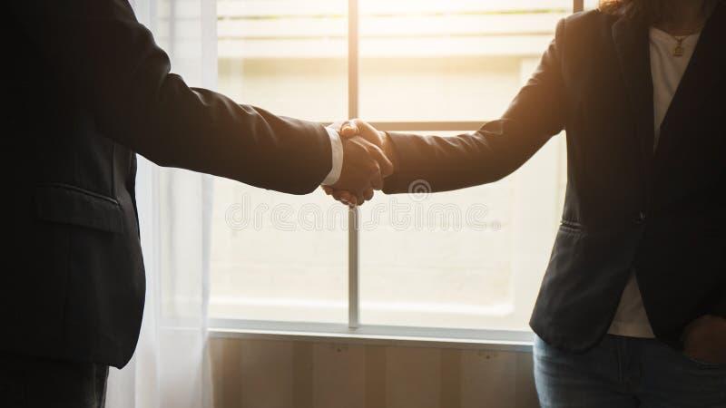 在律师和客户之间的握手在同意以后加入合同 免版税库存照片