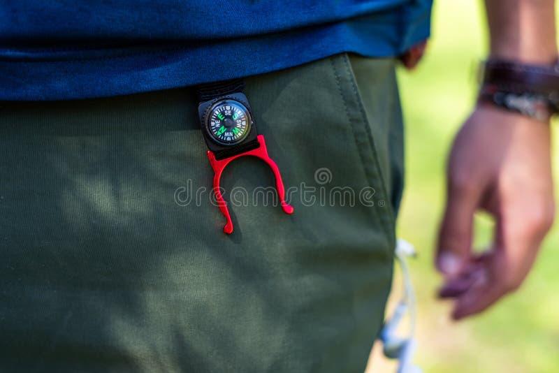 在徒步旅行者裤子的小指南针 库存图片