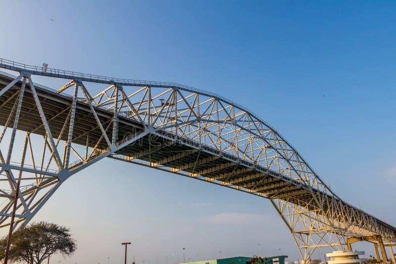 在得克萨斯海岸的一座金属弓弦桥梁 免版税库存图片