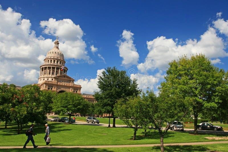 在得克萨斯状态国会大厦的人步行 库存照片