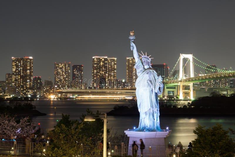 在御台场海湾的自由女神像  免版税库存照片