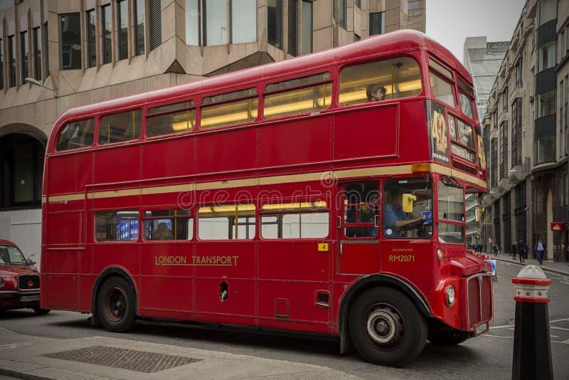 在循环的伦敦公共汽车 免版税库存图片