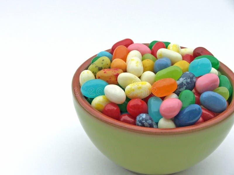 在微型绿色碗的软心豆粒糖 库存照片
