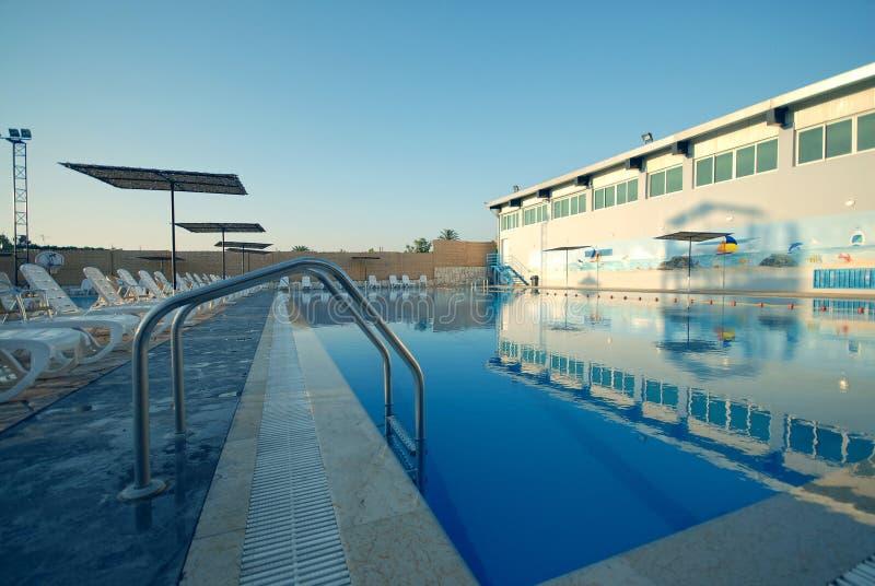 在微明期间被射击的游泳池 免版税库存图片