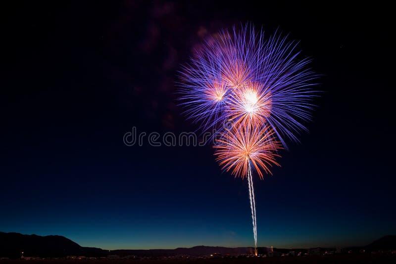 在微明的五颜六色的7月4日烟花庆祝 库存照片