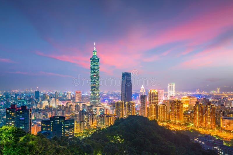 在微明的台北地平线城市 库存图片