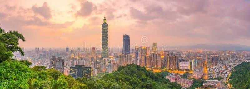 在微明的台北地平线城市 库存照片