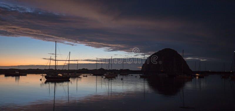 在微明的日落在莫罗贝港口小船和Morro在中央加利福尼亚海岸晃动在加利福尼亚美国 免版税库存图片