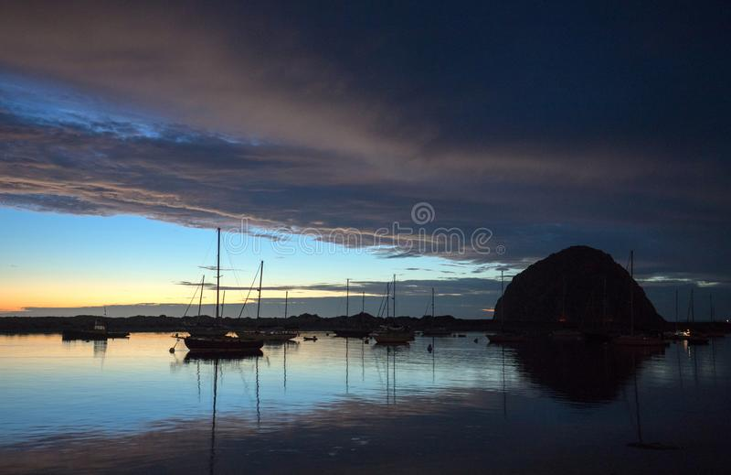 在微明的日落在莫罗贝港口小船和Morro在中央加利福尼亚海岸晃动在加利福尼亚美国 免版税库存照片