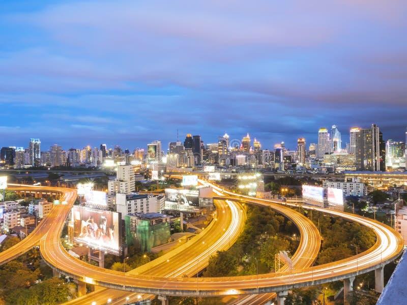 在微明的曼谷明确方式与多云天空 免版税库存照片