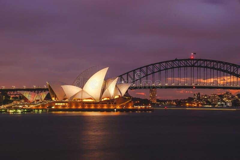 在微明的歌剧院和港口桥梁在悉尼 struct 免版税库存图片
