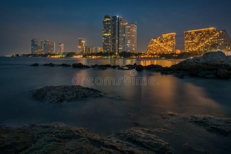 在微明的芭达亚海滩 免版税图库摄影