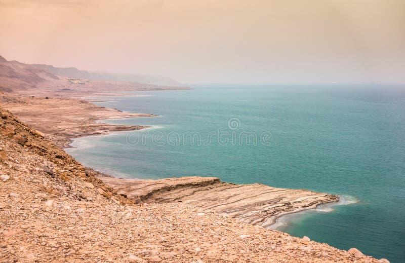 在微明的死海海岸,以色列 免版税库存图片