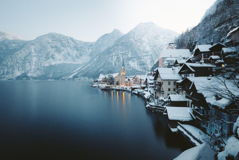 在微明的Hallstatt在冬天,萨尔茨卡默古特,奥地利 库存照片