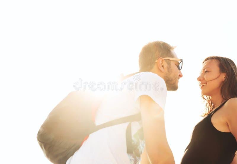 在微笑的白色的背景夫妇愉快的爱 免版税图库摄影