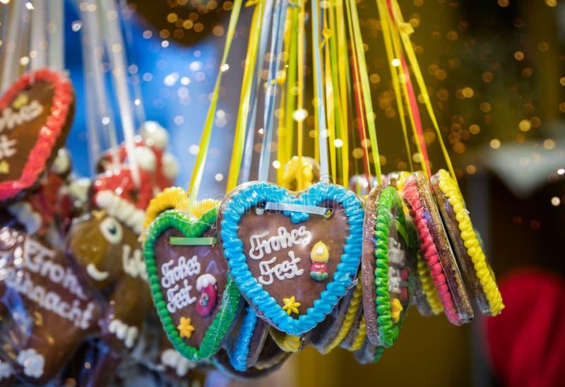 在德国圣诞节市场上的姜饼心脏 免版税库存照片