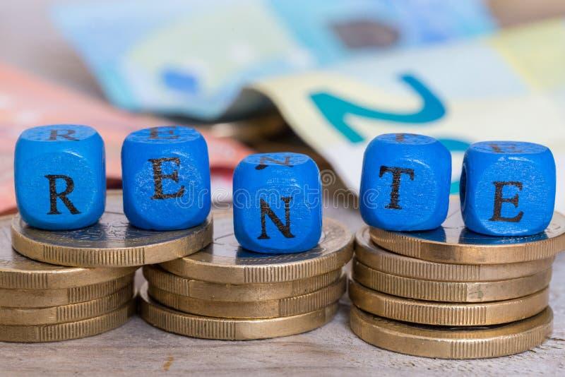 在德国退休金信件立方体的Rente在硬币概念 库存图片