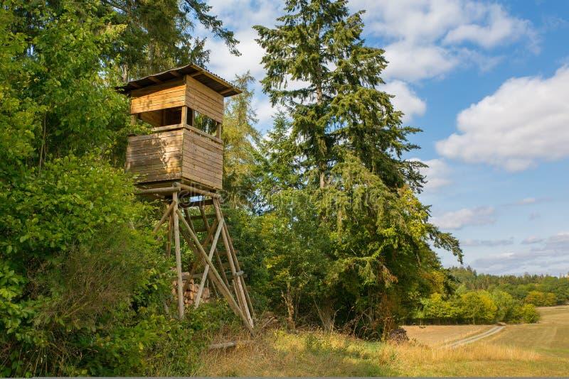 在德国风景的木猎人客舱 免版税库存照片