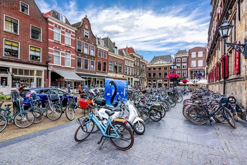 在德尔福特城镇厅,荷兰附近的自行车 免版税库存图片