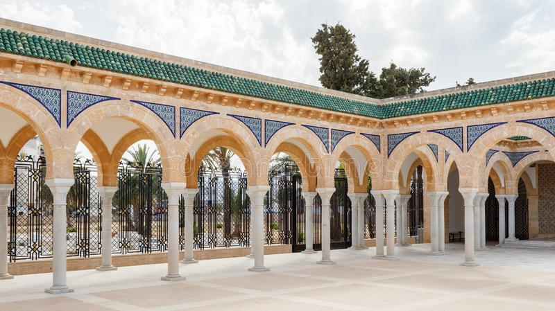 在德西迪El Mezri古老回教公墓的疆土,在莫纳斯蒂尔,在它的西部中上升陵墓 免版税图库摄影