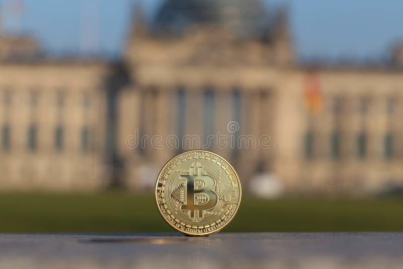 在德语联邦议会柏林前面的Bitcoin 免版税库存照片
