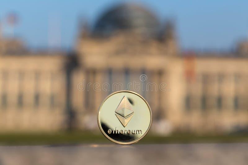 在德语联邦议会柏林前面的Ethereum硬币 库存图片