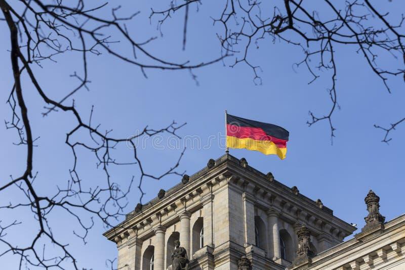 在德语联邦议会的德国旗子 图库摄影