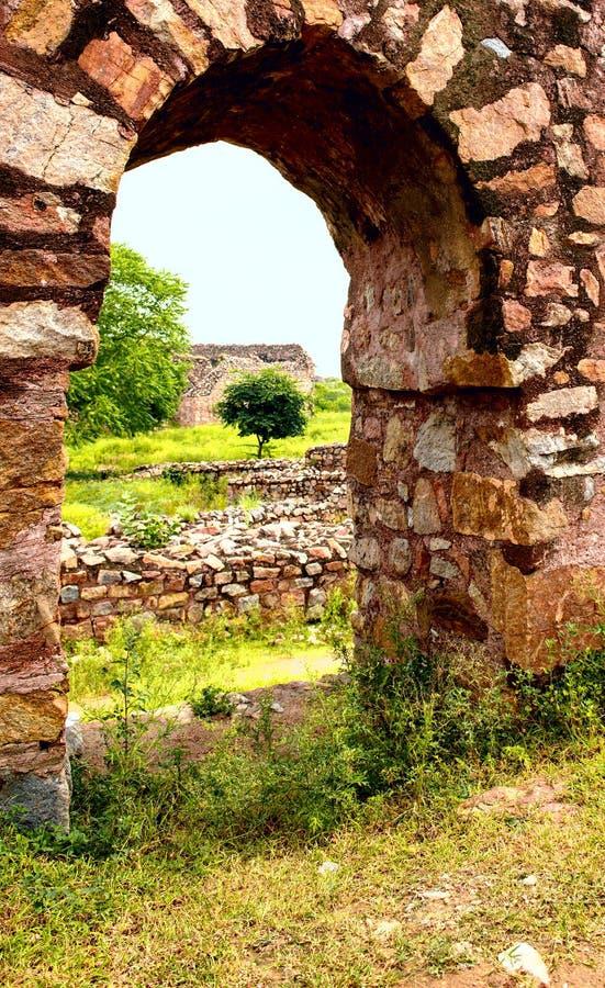 在德里印度破坏Tughlaqabad堡垒的片段 图库摄影