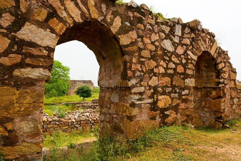 在德里印度破坏Tughlaqabad堡垒的片段 免版税图库摄影
