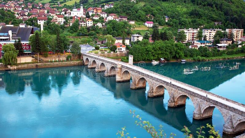 在德里纳河河的Mehmed巴夏索科洛维奇老石头历史的桥梁在维谢格拉德,波黑 免版税库存照片