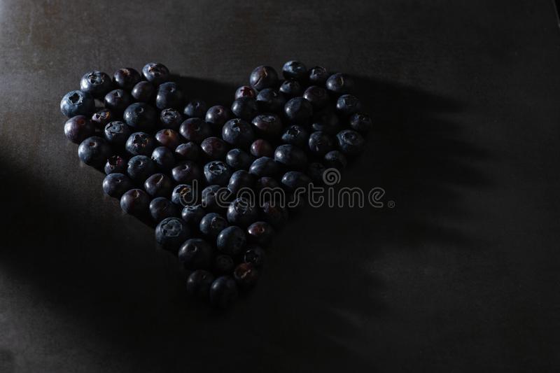 在心形的低调蓝莓 免版税库存照片
