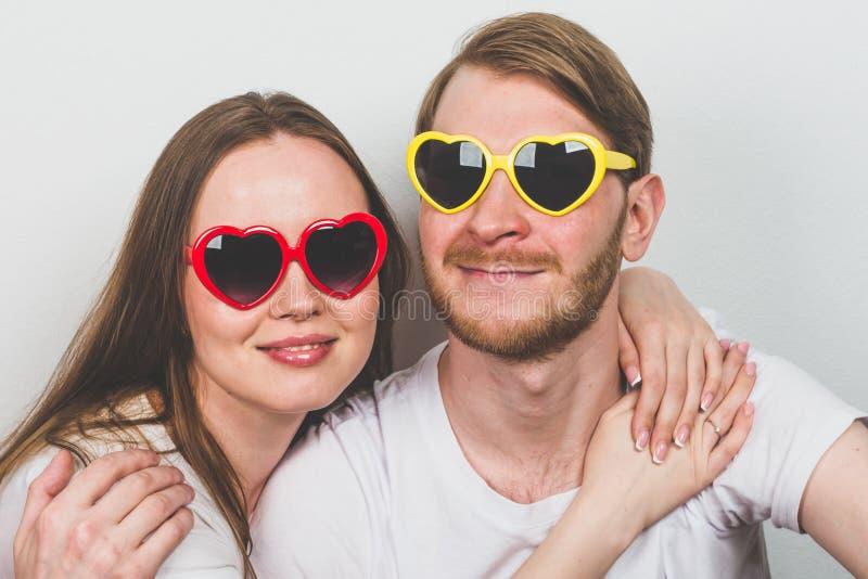 在心形的太阳镜的夫妇 库存图片