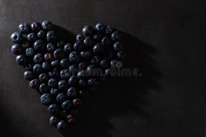 在心形的蓝莓 低调照明设备 图库摄影