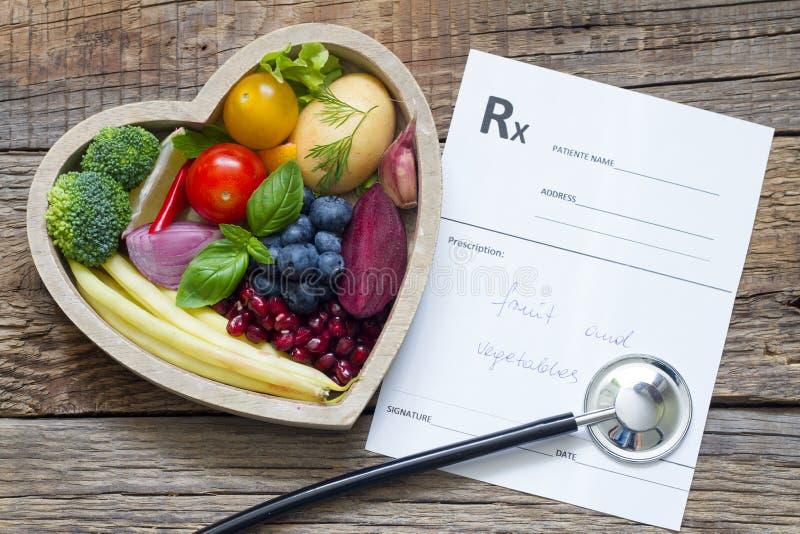 在心脏听诊器和医疗处方饮食和医学概念的健康食物 库存图片
