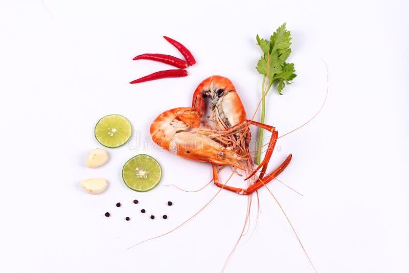 在心脏形状和辣酸草本的放出的大大虾 库存照片