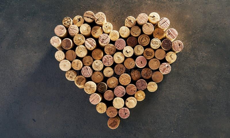 在心脏形状安排的酒黄柏 免版税库存图片