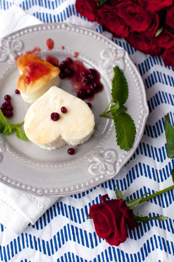 在心脏形状的乳酪蛋糕 免版税图库摄影