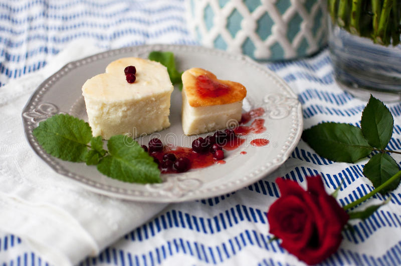 在心脏形状的乳酪蛋糕 免版税库存照片