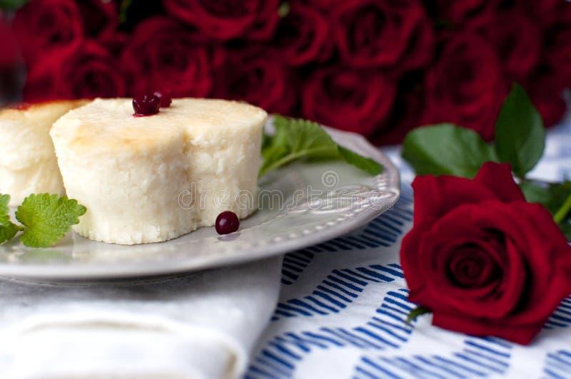 在心脏形状的乳酪蛋糕 免版税库存图片